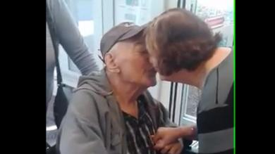 Videos virales YouTube: Ancianos enternecen a usuarios por su cálido reencuentro